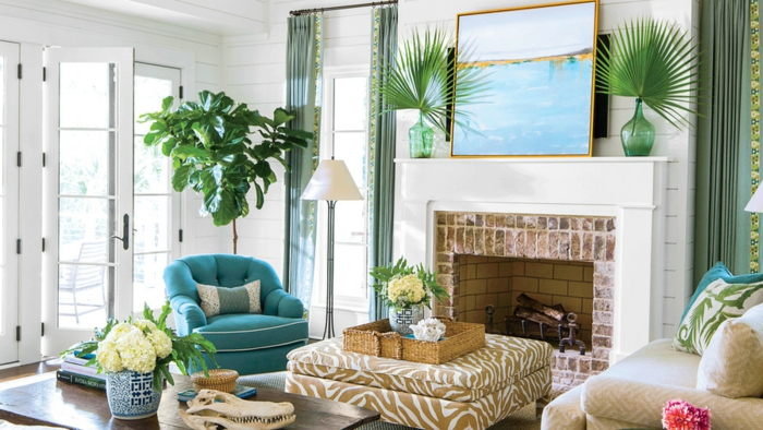 symmetrische Vasen um ein blaues Bild, moderne Wohnzimmer, ein Kamin