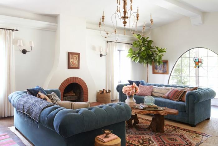 Wohnzimmer Design, zwei blaue Sofas, kleine bunte Kissen, Perserteppich