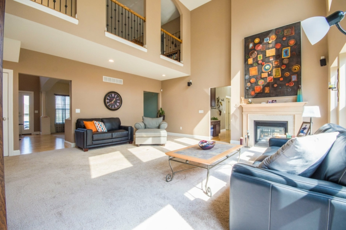 ein weißer Teppich, blaues Sofa, eleganter Couchtisch, Wohnzimmer Design