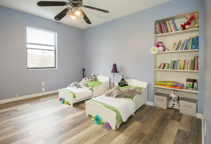 Kinderzimmer für zwei Kinder, Laminat Boden, ein Regal mit bunten Bücher, Wandfarbe Hellgrau