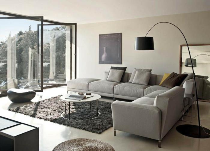 geräumiges Wohnzimmer, ein grauer Teppich, Wohnzimmer Grau Weiß