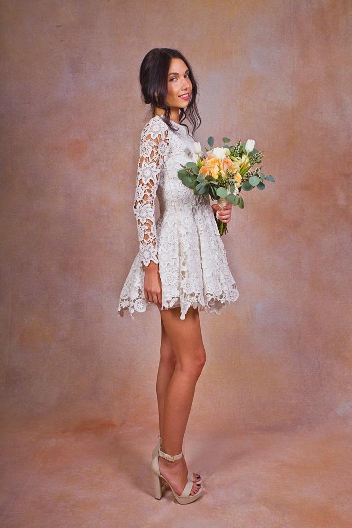 ein ganz kurzes Spitzenkleid mit Blumenmuster, schwarzhaarige Braut, vintage Brautkleider