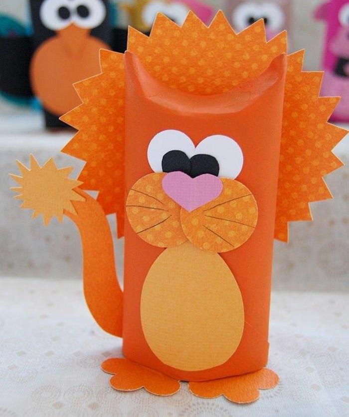 ein oranger Löwe, orange Mähne und Schwanz, ein rosa Herz als Nase, Basteln mit Toilettenpapierrollen