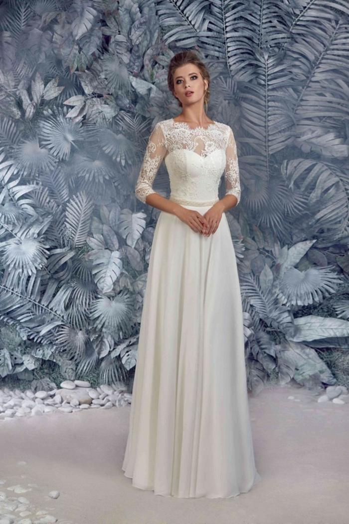 eine hübsche Braut mit Spitzen Oberteil und langem Rock, vintage Brautkleider