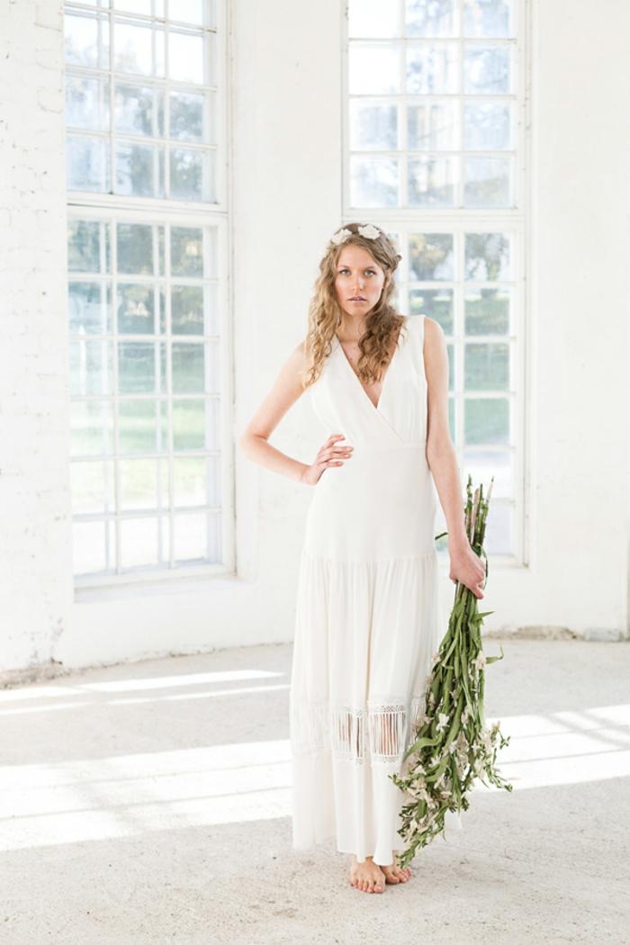 ein schneeweißes Kleid, tiefer Ausschnitt, Kranz mit weißen Blumen, vintage Hochzeitskleider
