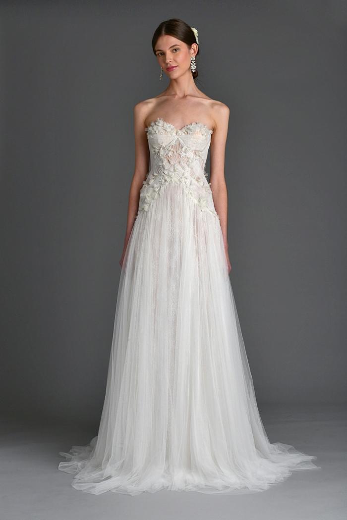 eine schöne Braut, Kleid mit nackten Schulter,langer Rock, vintage Brautkleider