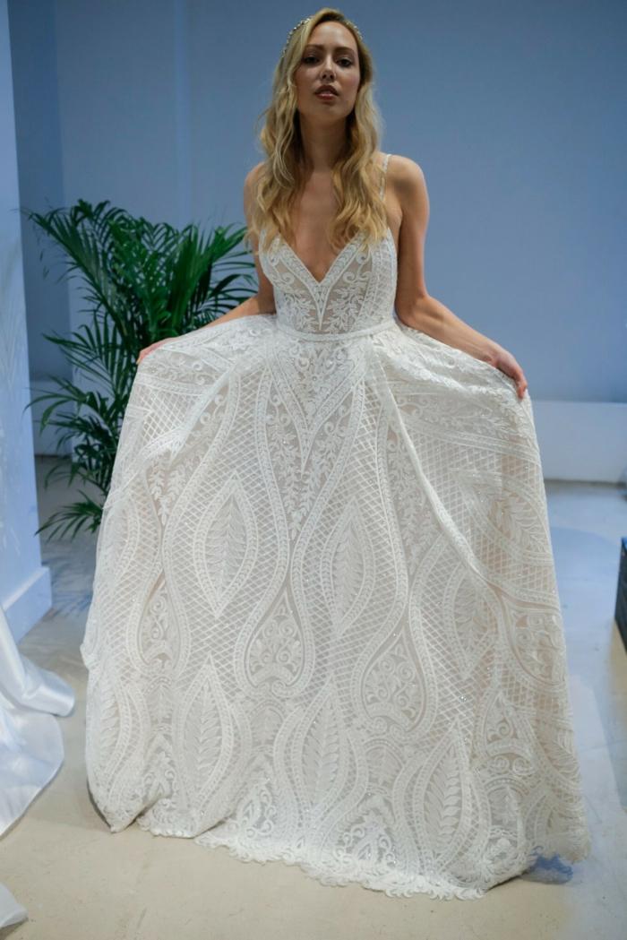 alternative Hochzeitskleider, Pfaunfeder Kleid mit tiefem Ausschnitt