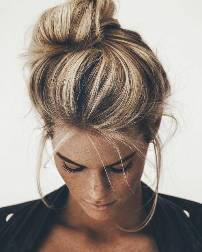 blondes Haar, Sommersprossen, Dutt Haare, eine schwarze Jacke