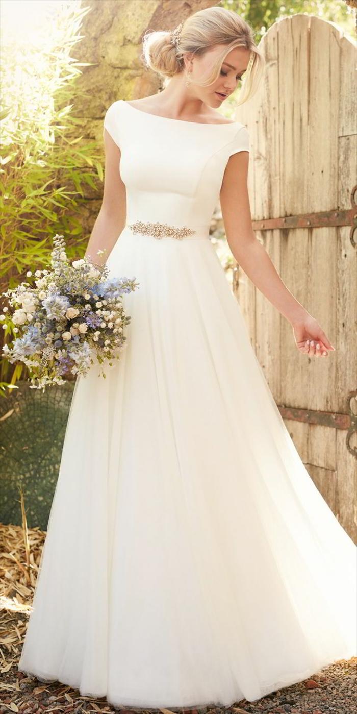 ein langes Kleid, ein bunter Gürtel, ein vintage Brautstrauß, alternative Hochzeitskleider