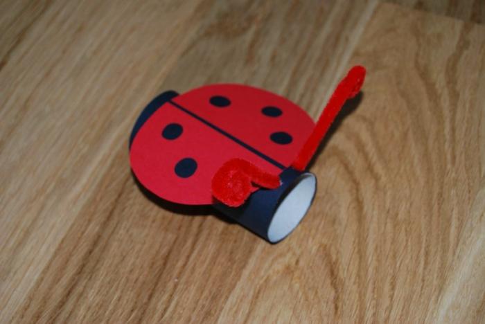 ein Marienkäfer, in roter Farbe mit fünf Punkten, Bastelideen mit Klopapierrollen