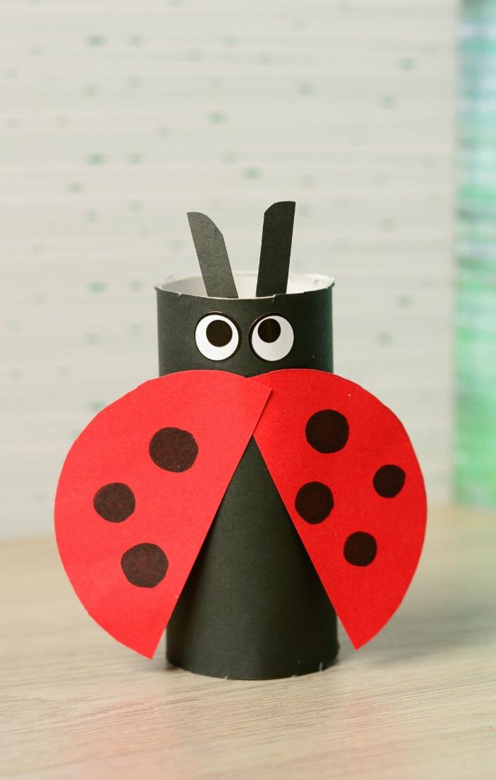 ein Marienkäfer in roter Farbe mit sieben Punkten, Basteln mit Klorollen