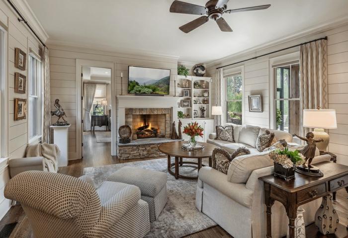 Ein Beiges Zimmer, Modernes Wohnzimmer Design, Kamin Und Weiße Sofas