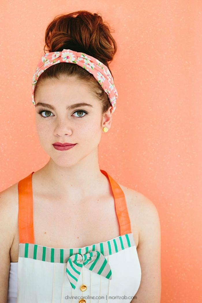 ein nettes Mädchen mit rotem Haar, ein rosa Band mit Blumenmotiven, wie macht man einen Dutt