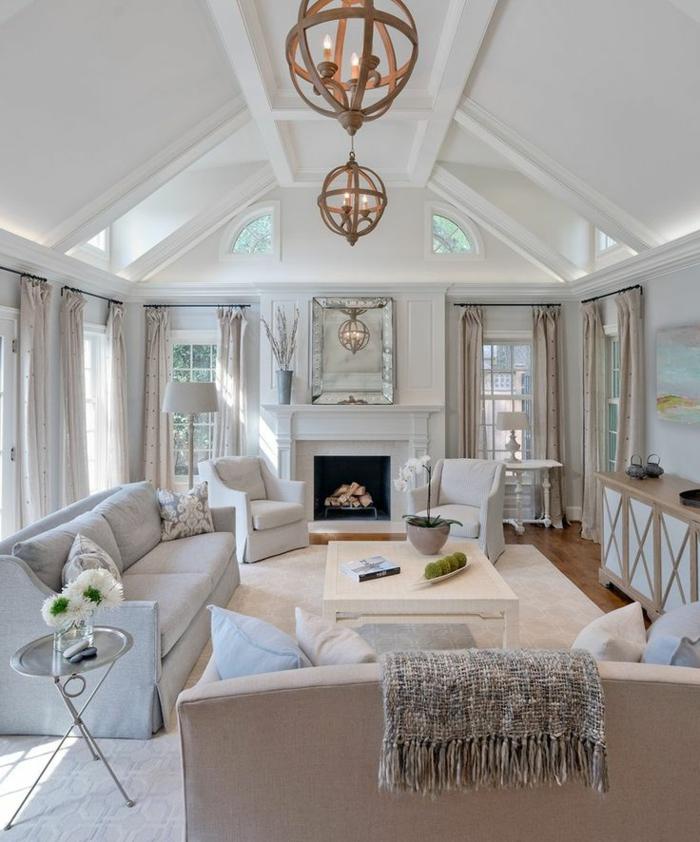 ein modernes Wohnzimmer in weißer Farbe, zwei ausgefallene Kronleuchter, Wohnzimmer Design