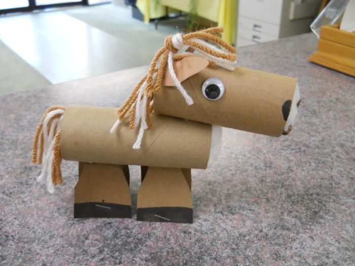 ein Pferd basteln aus Toilettenpapierrollen in brauner und weißer Farbe