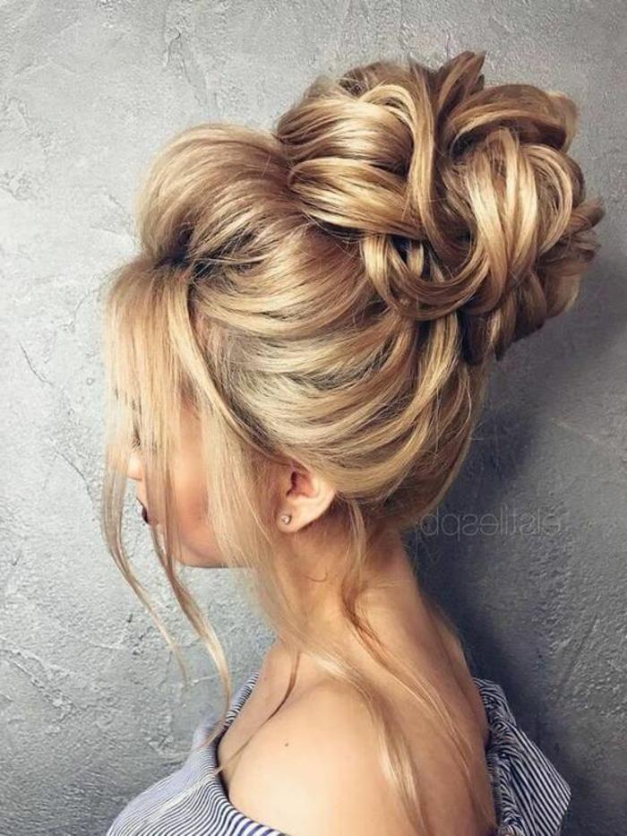 ein blondes Mädchen, Frisuren selber machen, ein Dutt wie Blume