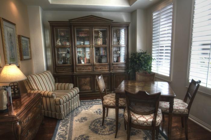 ein Esszimmer in vintage Stil mit hellgrauen Wänden, Grautöne