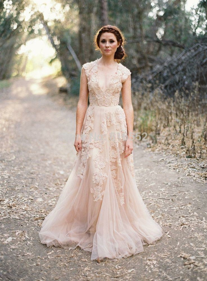rosa Brautkleid mit Blumenmotiven, tiefer Ausschnitt, alternative Hochzeitskleid