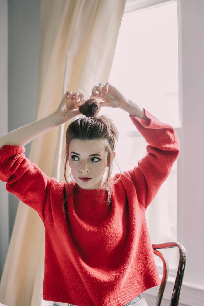 ein hübsches Mädchen mit rotem Pulli und rote Haare, herrliche Schminke
