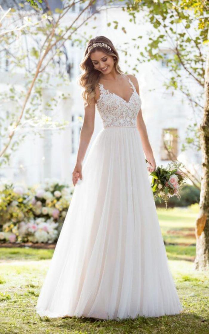 alternative Hochzeitskleider, ein mit Spitzenblumen versehenes Oberteil, langer Rock, ein Haarschmuck