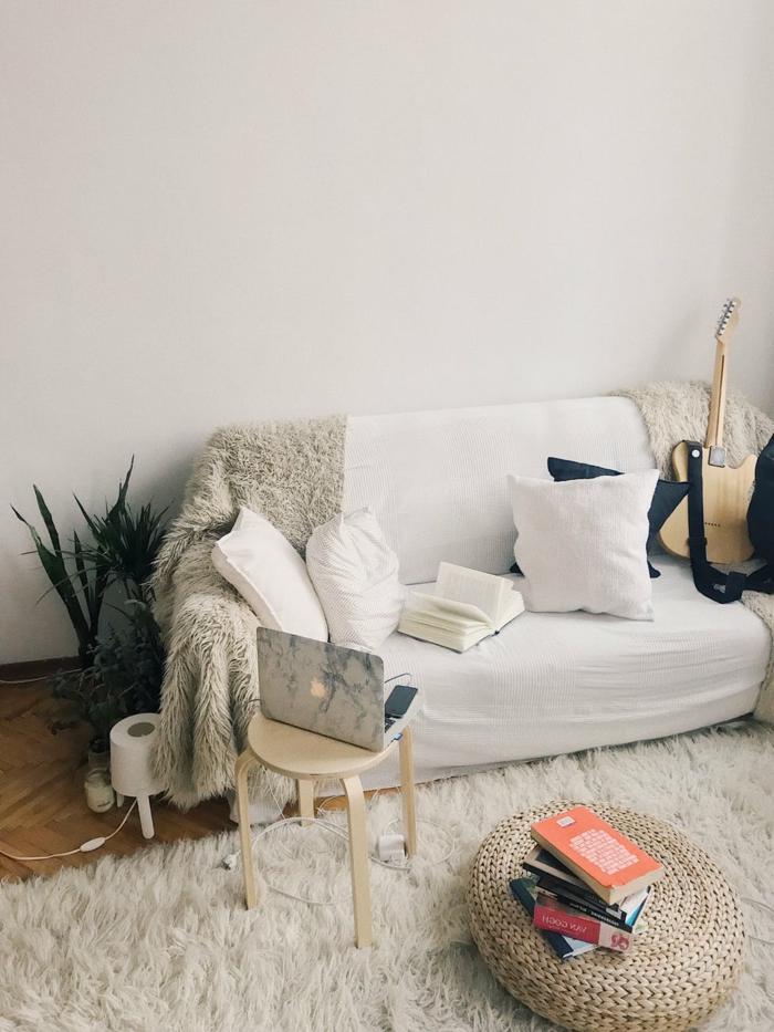 Wohnzimmer Weiß Grau, mit einem weißen Sofa und verschiedene Kissen
