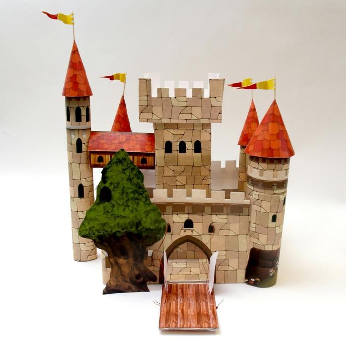 ein Schloss aus buntem Papier und Klopapierrollen, Basteln mit Klopapierrollen