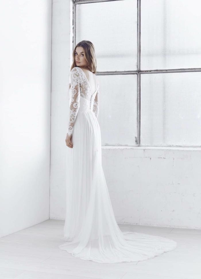 ein Brautkleid mit nacktem Rücken, langer Rock und Spitzerärmel, alternative Hochzeitskleider