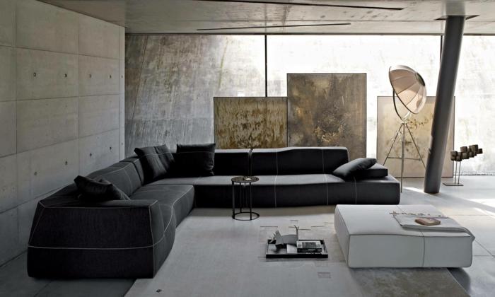 ein graues Sofa, weißer Teppich, ein kleiner weißer Tisch, Dekoideen Wohnzimmer