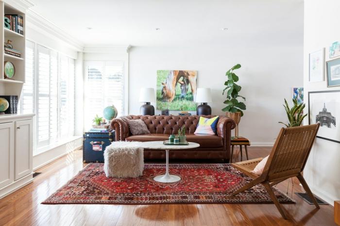 ein Perserteppich, Ledersofa, Rattanstuhl, ein kleiner, runder Tisch