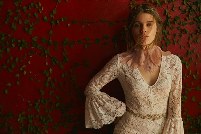 Spitzenkleid auf roten Hintergrund, Ausschnitt wie Herz, rosa Farbe, vintage Hochzeitskleid