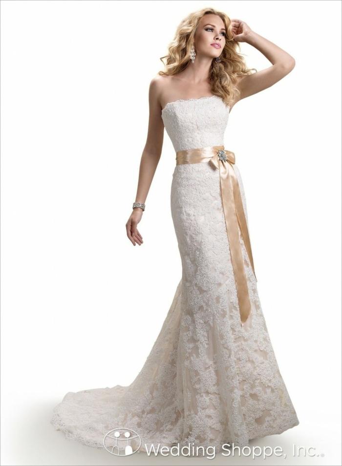 alternative Hochzeitskleider, eine orange Schleife um die Taillie, nackte Schulter