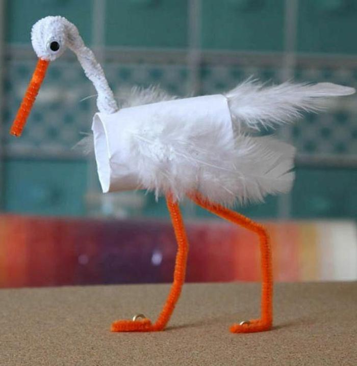 ein Stork in weißer Farbe mit orange Schnabel und Beinen, Basteln mit Toilettenpapierrollen