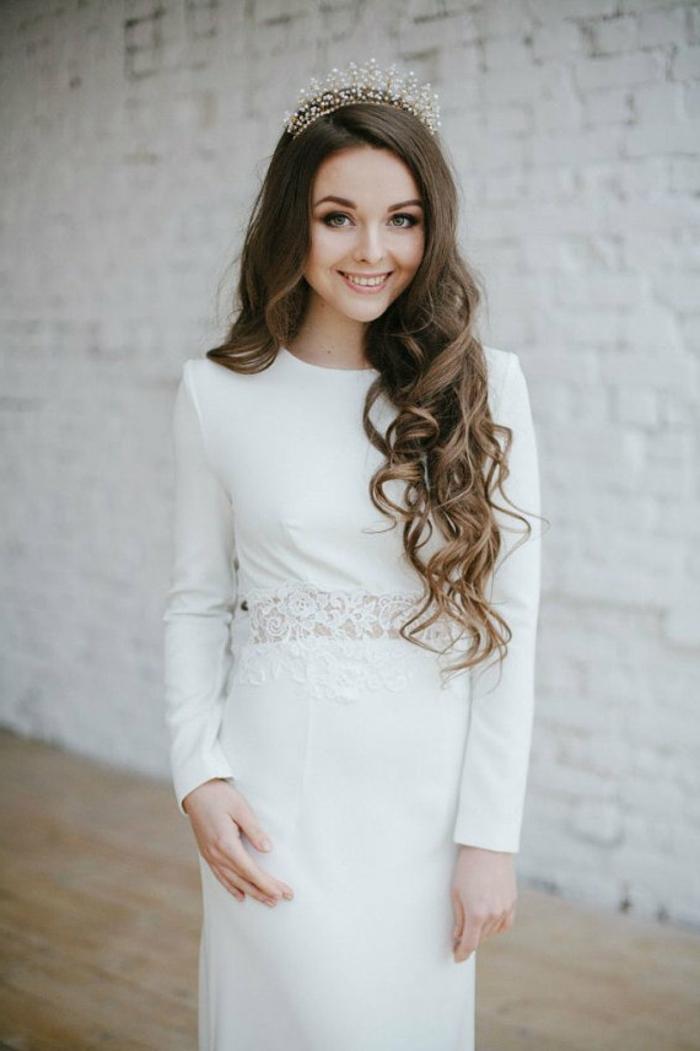 ein schneeweißes Kleid mit Mittelteil aus Spitze, Brautkleid Hippie