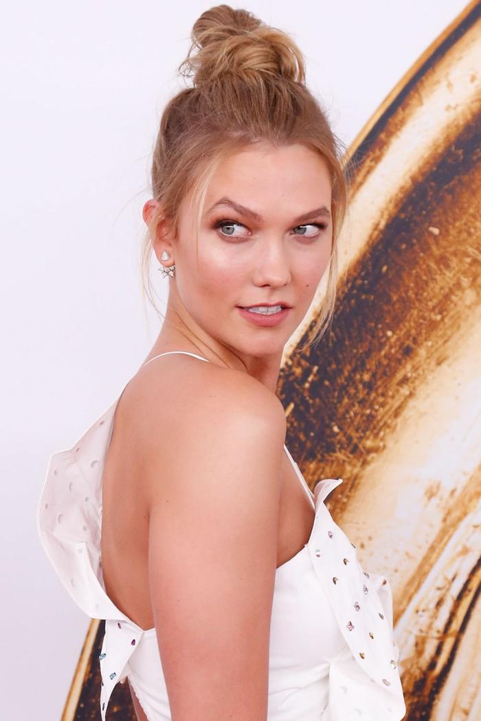 Frisur selber machen, eine Prominente mit weißem Kleid, blonde Haare
