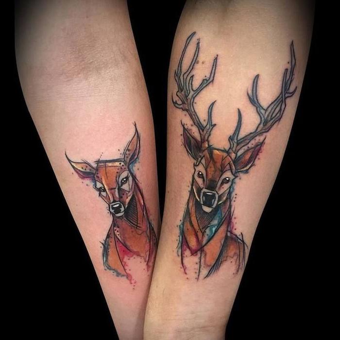 ein hirsch mkt schwarzen augen und langen hörnern, tattoo partner, zwei hände mit watercolor tattpps mit rieren