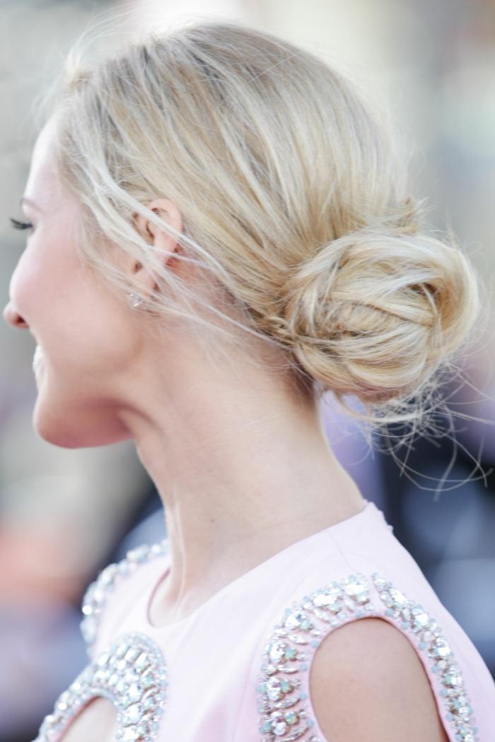Frisuren selber machen, lange blonde Haare, weißes Kleid mit silbernen Schmuckstücken