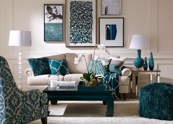 blaue Kissen, blauer Hocker und blauer Sessel, blauer Tisch, Dekoideen Wohnzimmer