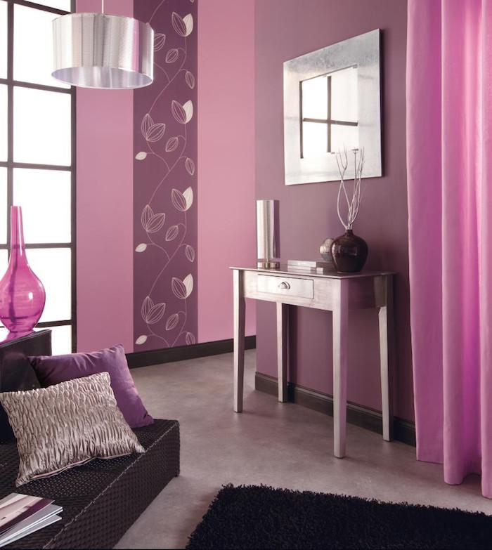 Ein Wohnzimmer Mit Violetten Wänden Und Mit Einem Spiegel, Gardinen  Wohnzimmer, Ein Kleines Sofa