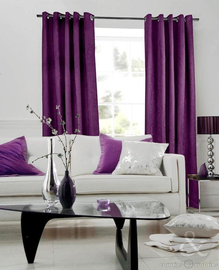 Schon Ein Wohnzimmer Mitr Großen Violetten Gardinen Und Mit Einem Fenster,  Aubergine Farbe Kombinieren, Ein Mit Aubergine Farbe Einrichten Und  Dekorieren ...