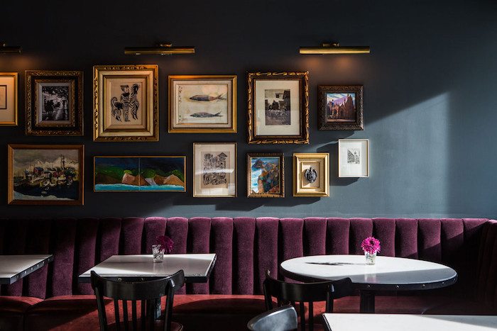 Wohnideen Wohnzimmer, Farbe Aubergine, Eine Blaue Wand Mit Vielen Bildern  Mit Goldenen Bildrahmen, Mit Aubergine Farbe Einrichten Und Dekorieren ...