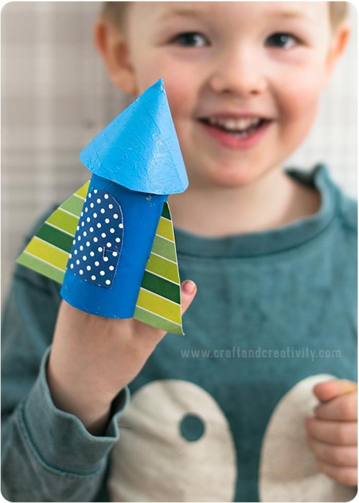 ein Spielzeug für kleine Astronauten, Basteln mit Klopapierrollen, ein kleiner Junge