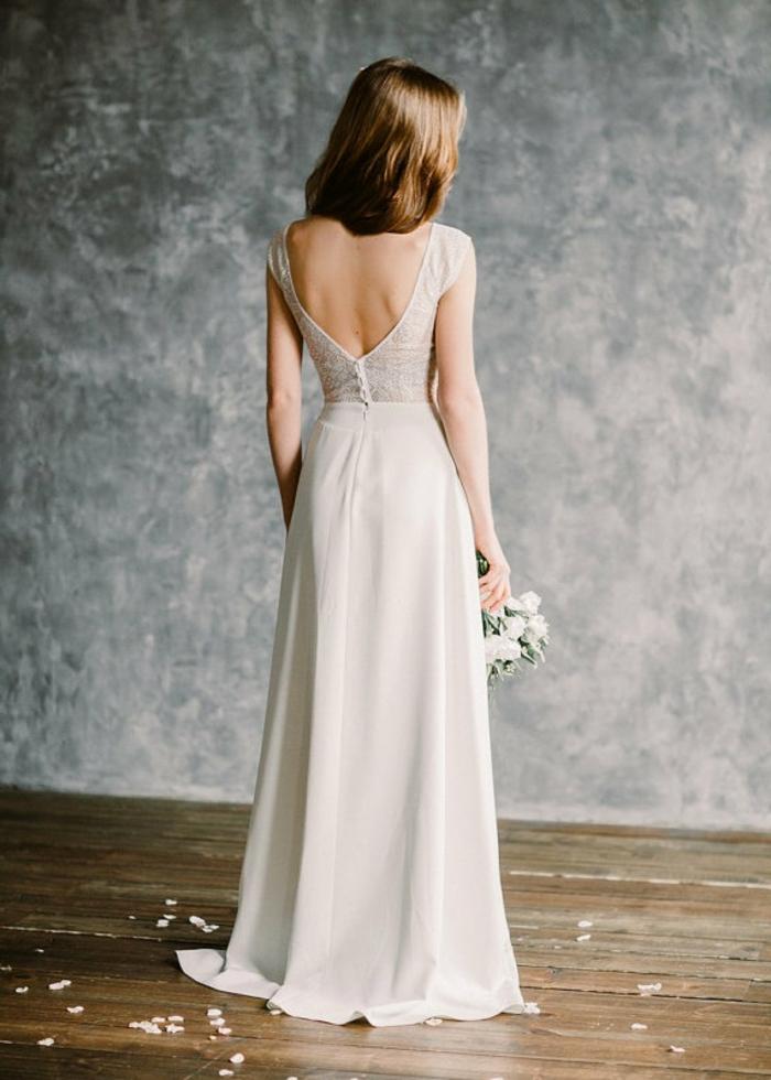 Boho Hochzeitskleid mit nackten Rückern, Brautkleid in lila Farbe, weiße Blumen in Brautstrauß