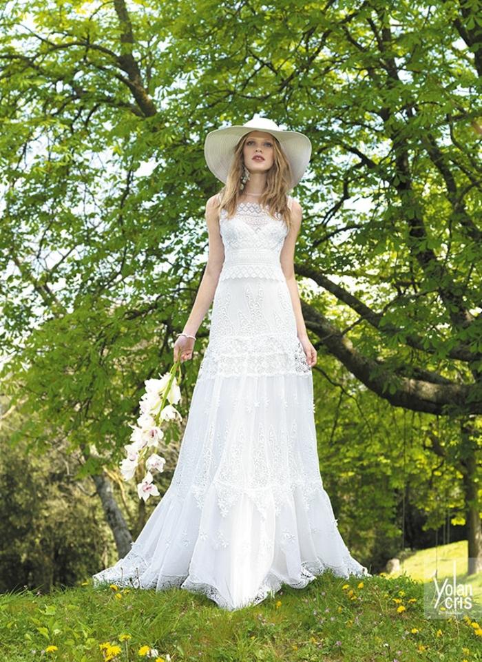 Boho Hochzeitskleid auf einem grünen Hintergrund, Kleid mit weißem Hut kombiniert