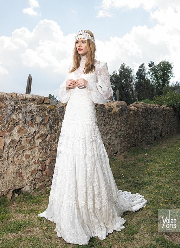 ein Hochzeit aufs Land, weißer Kranz in Haare, blonde Braut, vintage Brautkleider