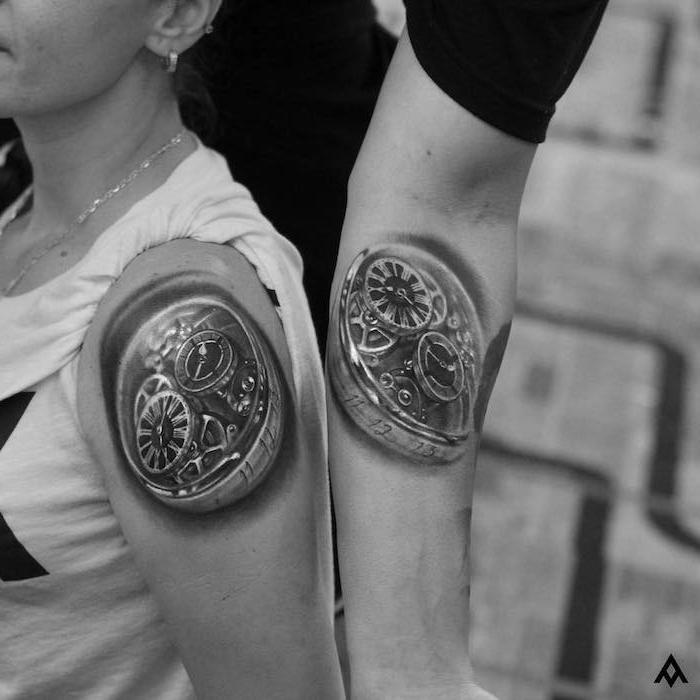 eine junge frau mit einer kette, tattoo partner, mann und frau mit händen mit großen schwarzen tattoo mit uhren