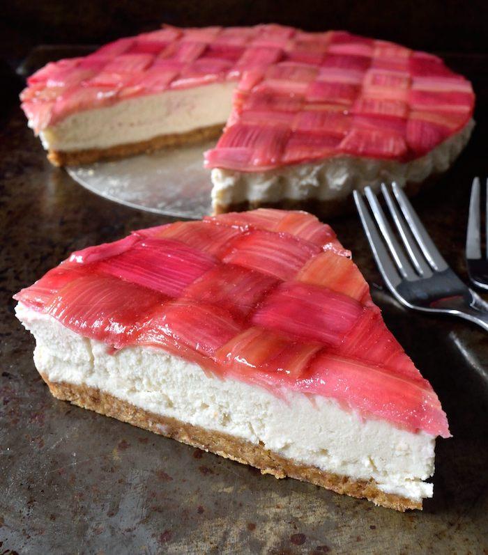 gabel und ein roter rhabarber kuchen mit rhabarber pflanzen und sahne, rhabarber zubereiten, rhabarber rezepte