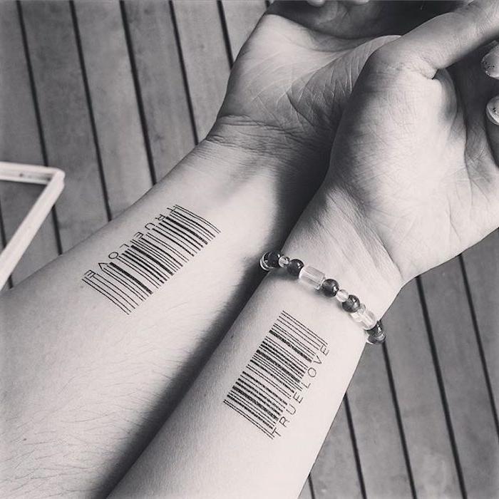 true love tattoos, ein boden aus holz und zwei hände mit einem armband und zwei kleinen schwarzen liebes tattoos am handgelenk