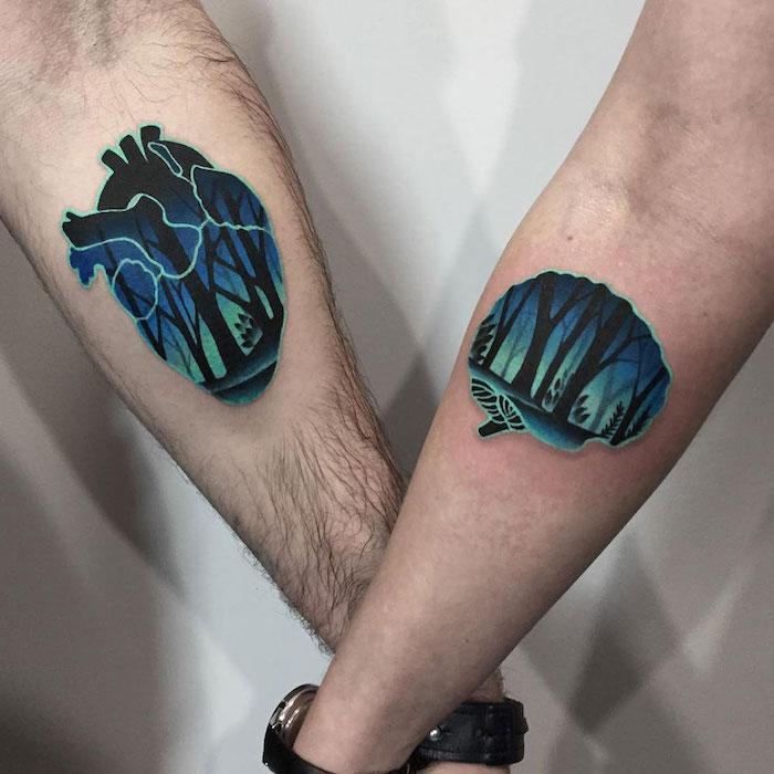 eine hand mit einer schwarzen uhr und mit einem tattoo mit einem blauen gehirn und mit einem wald mit schwarzen bäumen, paar tattoo, herzen tattoo mit bäumen