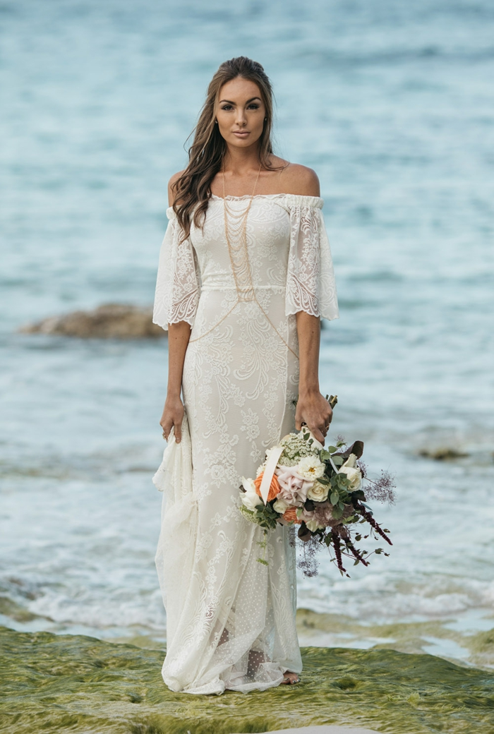 Hippie Brautkleid mit Meer als Hintergrund, weißes Kleid mit goldene Ketten, vintage Brautstrauß