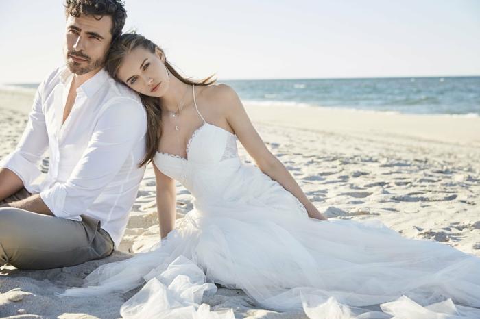 ein verliebtes Brautpaar am Strand, Hippie Brautkleid mit herzförmigem Ausschnitt